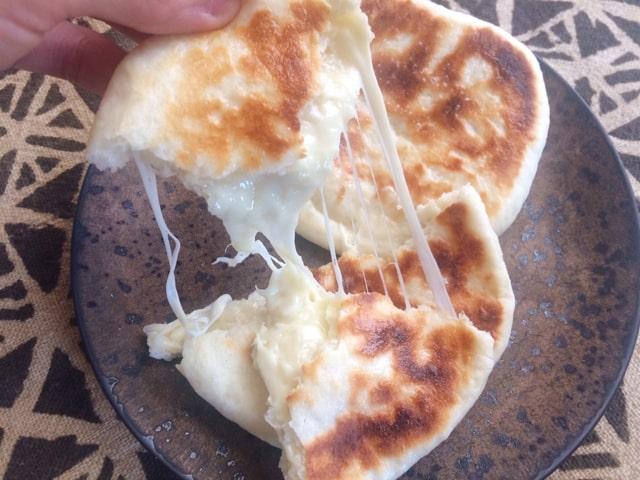 イーストを使ったヨーグルトチーズナンの断面